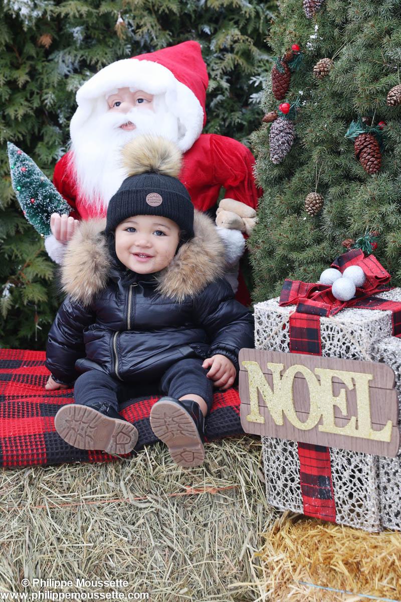 Décor extérieur de Noël avec enfant