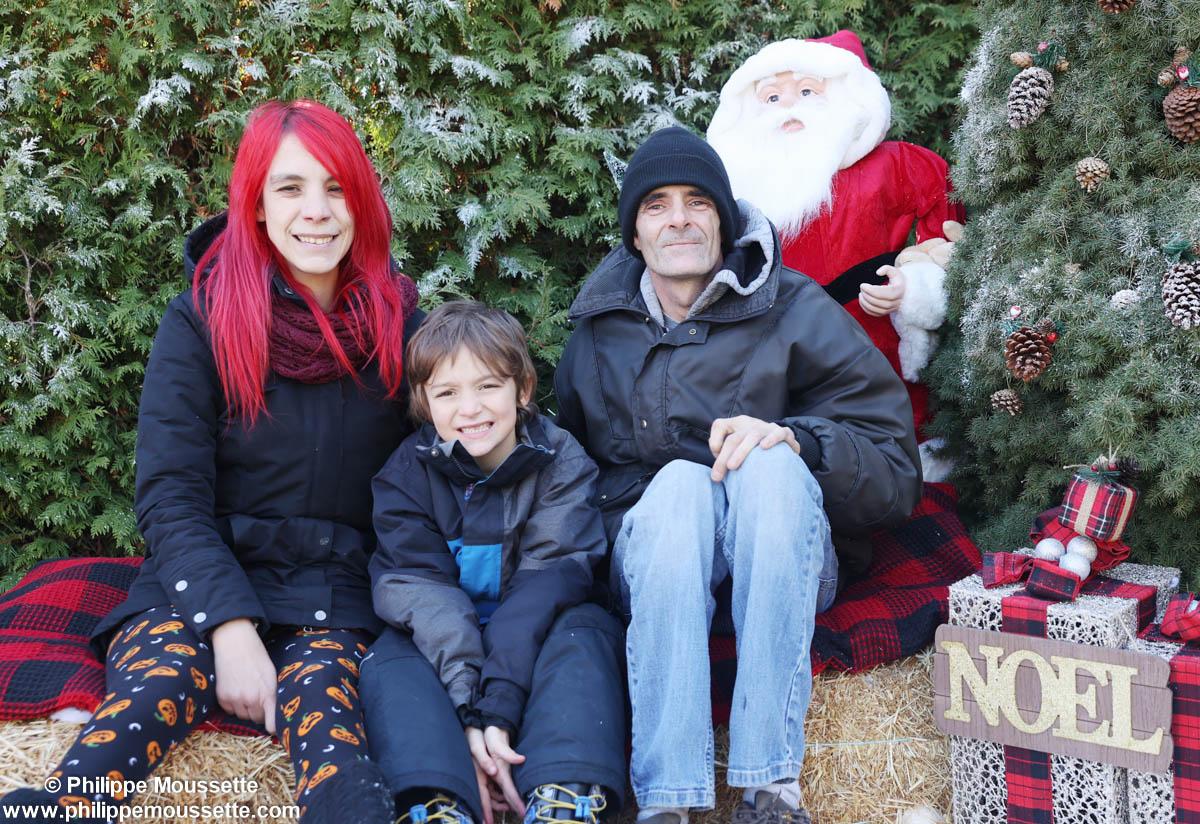 Famille assis dans un décor de Noël