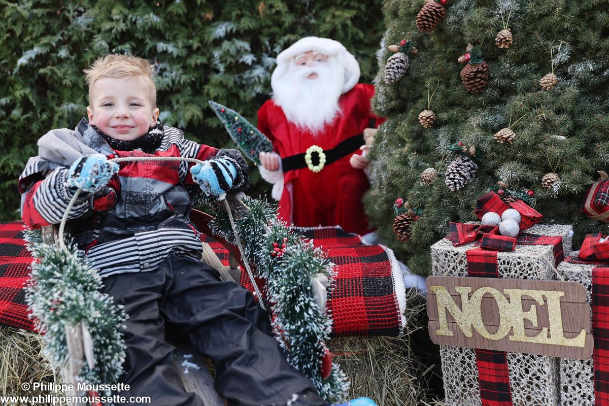 Enfant assis dans une luge pour Noël