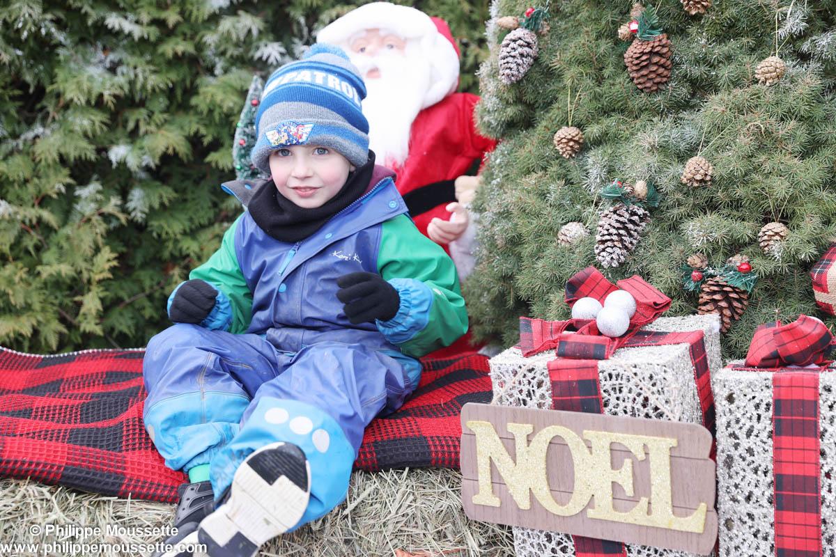 Enfant dans un décor de Noël