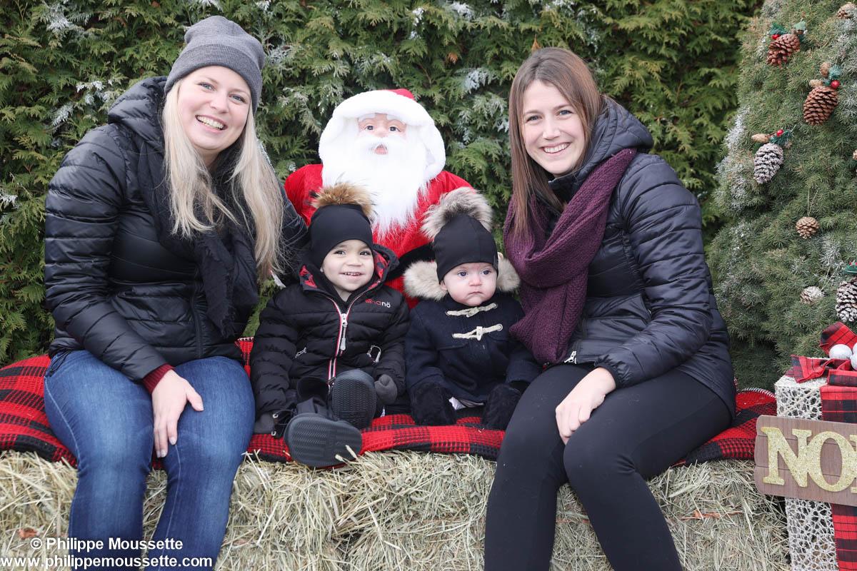 Deux femmes et deux bébés dans un décor de Noël