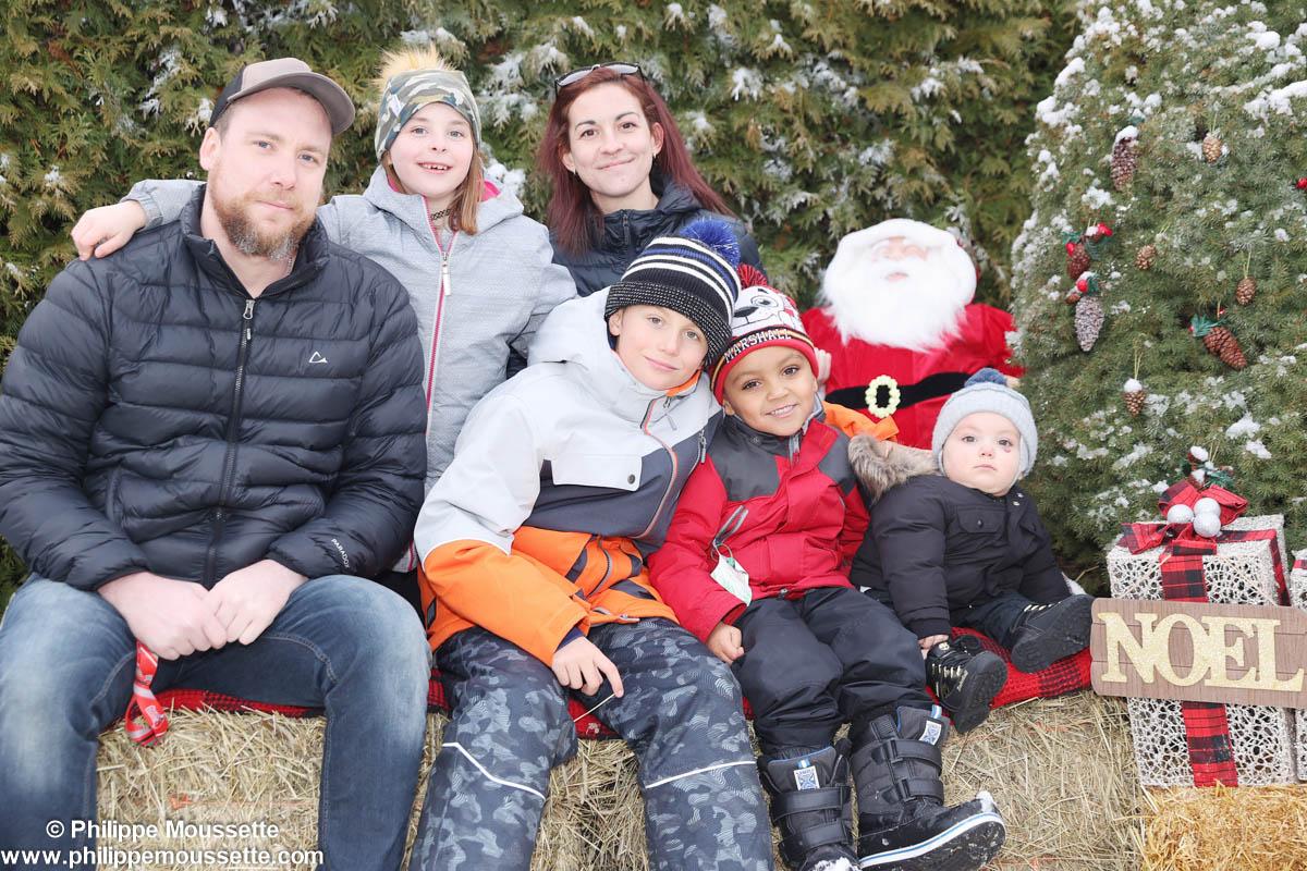 Famille à l'extérieur dans un décor de Noël