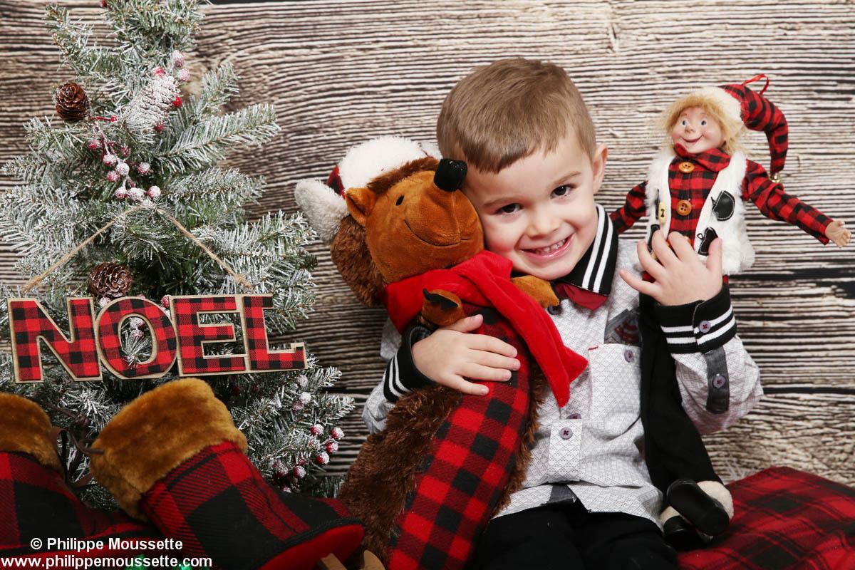 Garçon avec toutous dans un décor de Noël