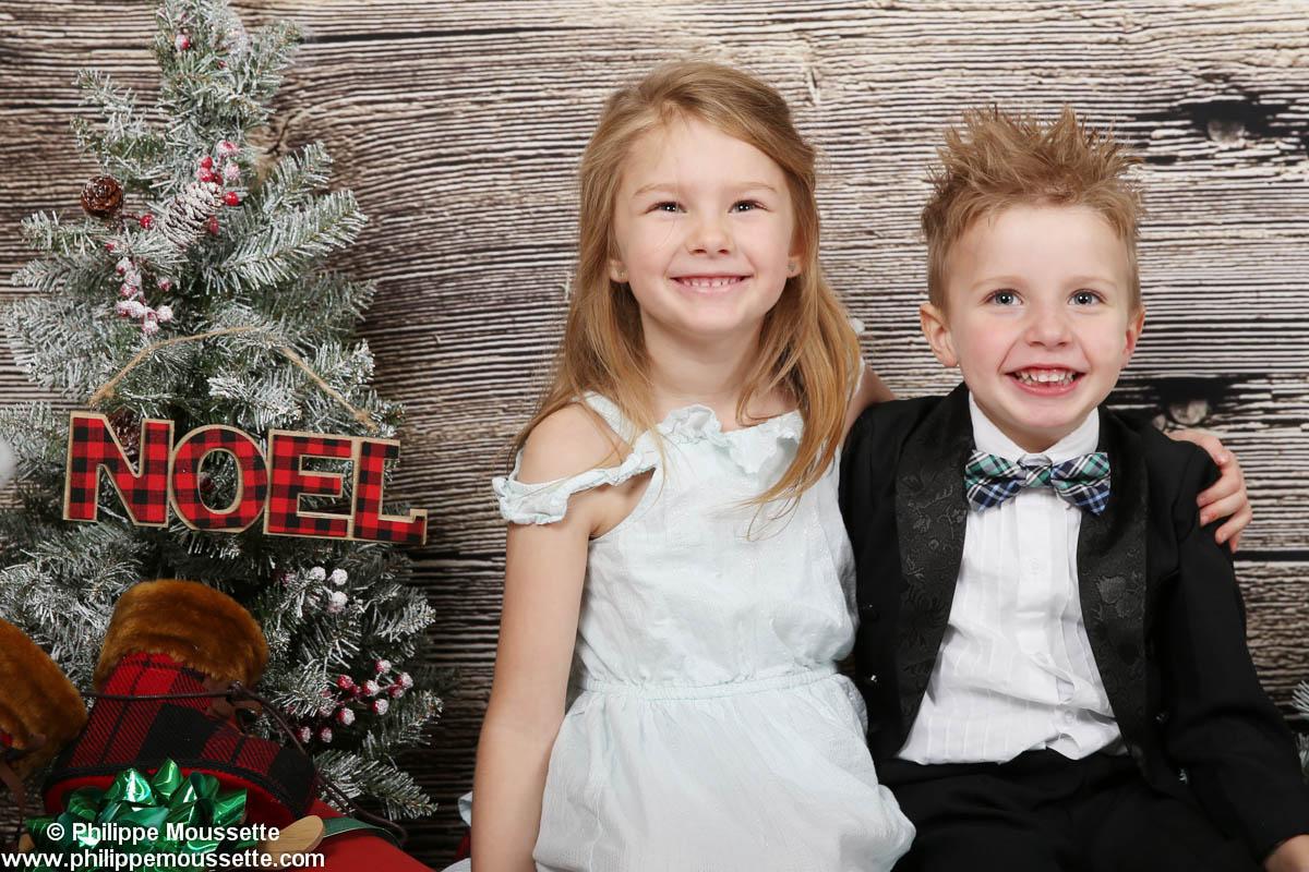 Fillet et garçon dans un décor de Noël