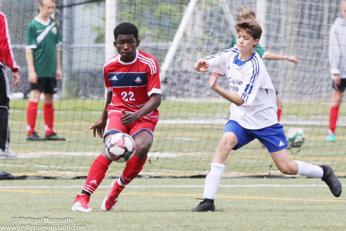 Joueurs de soccer qui s'affrontent