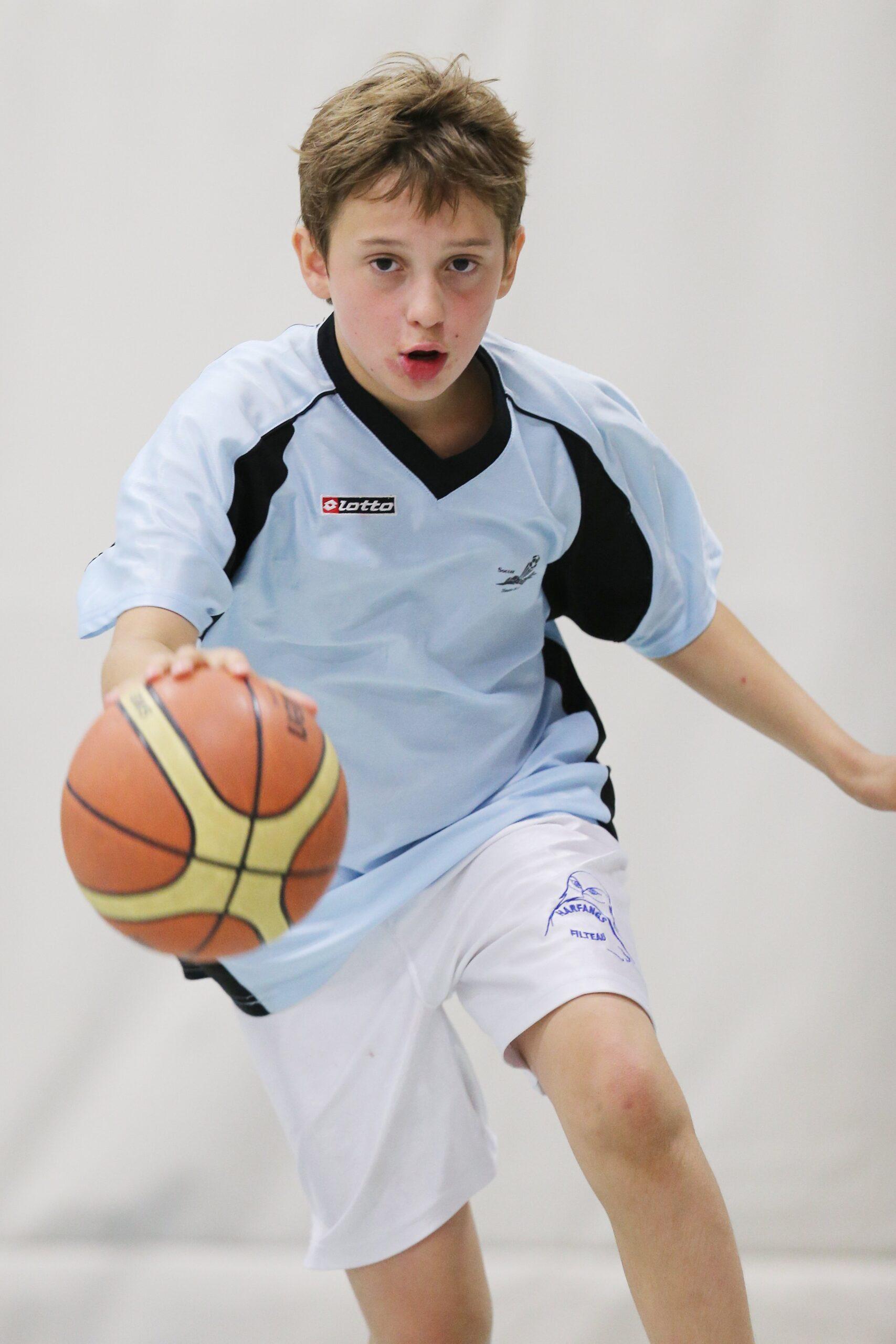Jeune qui joue au basketball