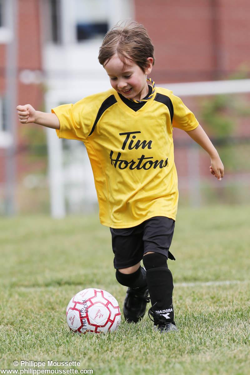 Petit garçon qui joue au soccer