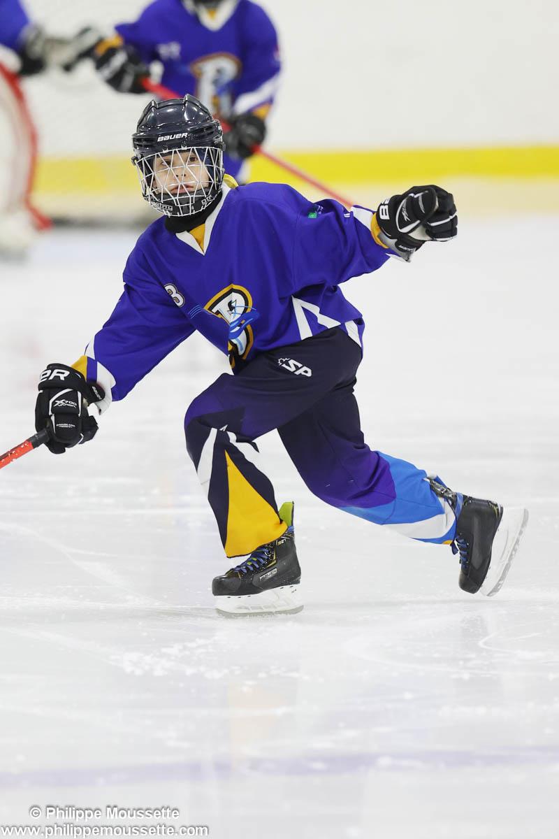Hockeyeur qui surveille la rondelle