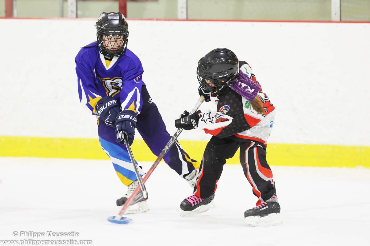 Hockeyeur qui se dispute la rondelle