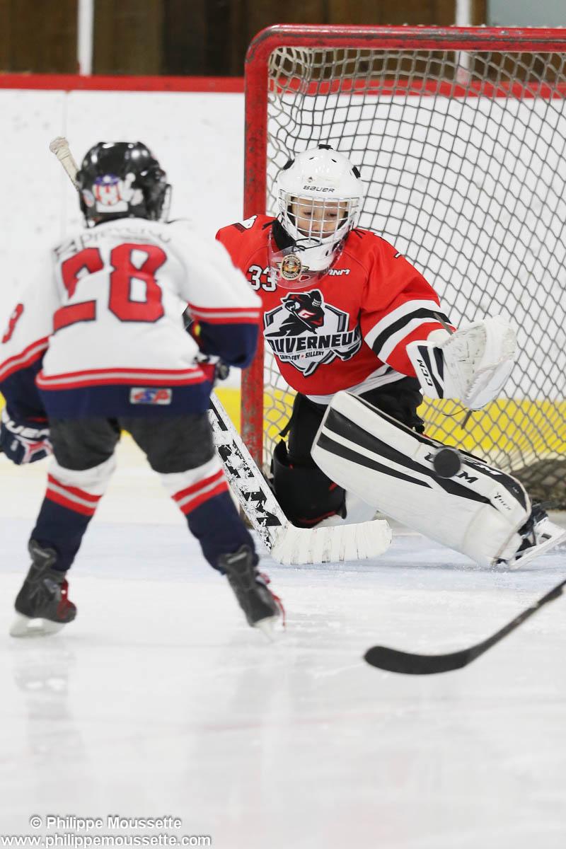 Joueur qui tire dans un but de hockey