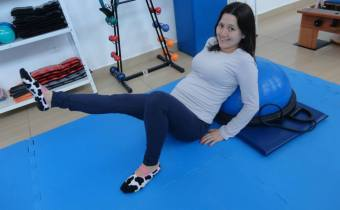 Gestante praticando Pilates