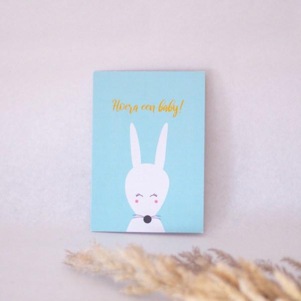 wenskaart hoera een baby konijn blauw