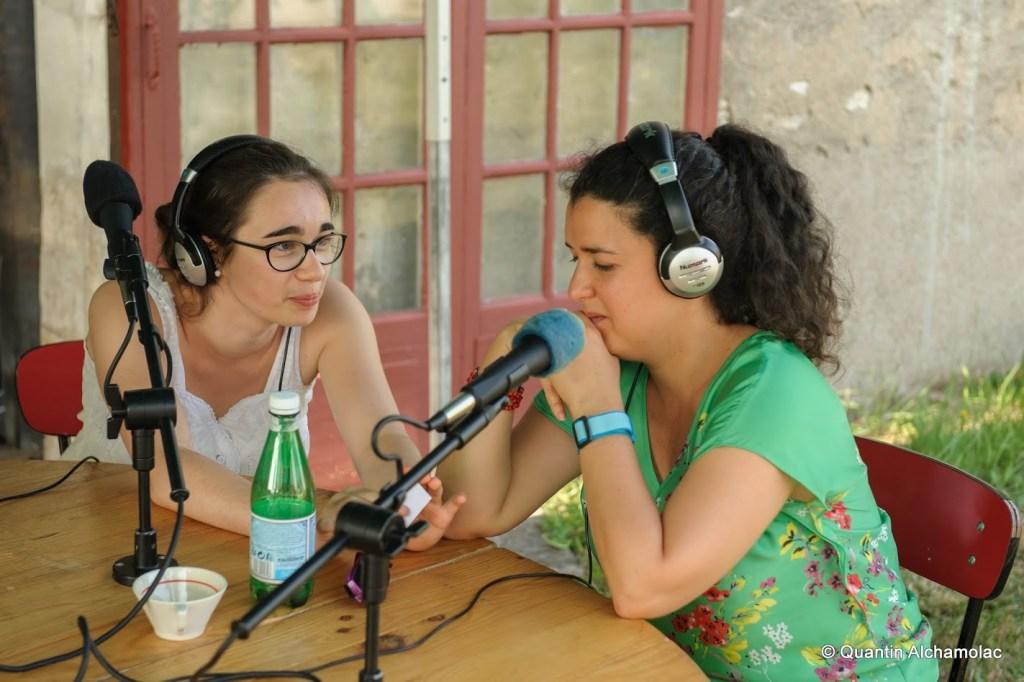 Luce Courceulles (gauche) et Gertrudis Vergara-Veliz (droite) sur le plateau de Feuilles vives. Crédit photo : Quantin Alchamolac pour Va jouer dehors !
