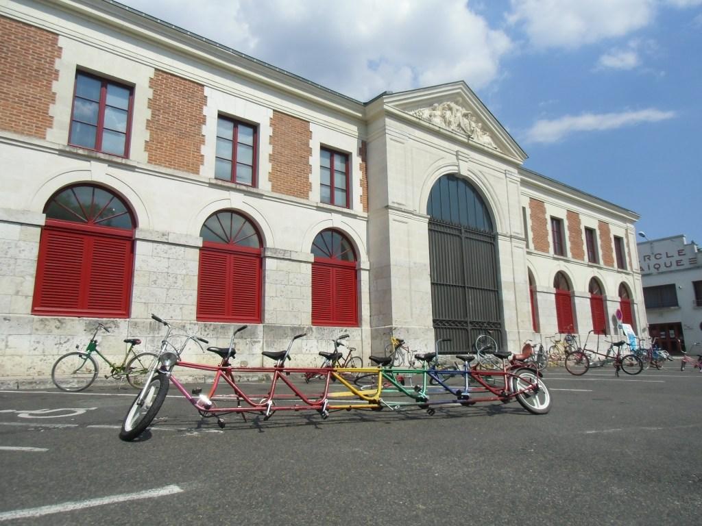 """""""Vélo rigolo"""", sur l'un des trois parkings qui entoure la halle aux grains de Mer, à l'occasion de la fête de l'écomobilité, le 7 juillet 2018. Crédits : Nicolas Patissier pour Studio Zef"""