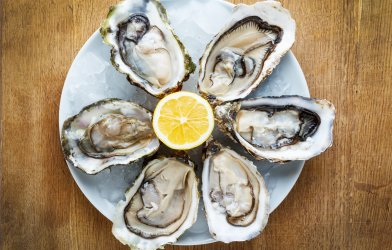 Fresh oysters with lemon