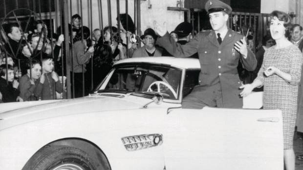 Elvis Presley in front of a BMW 507.