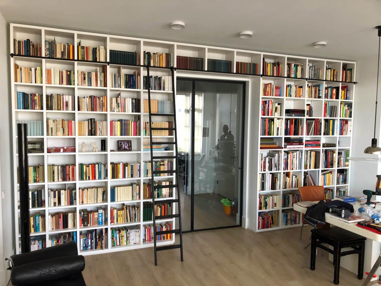 Trap met roede voor boekenkast