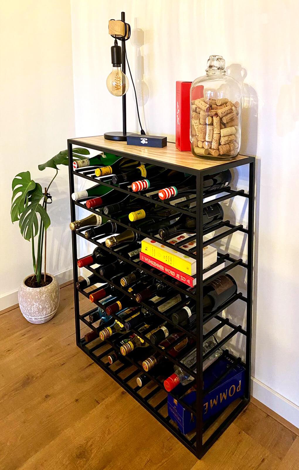 Stalen wijnrek met houten plank