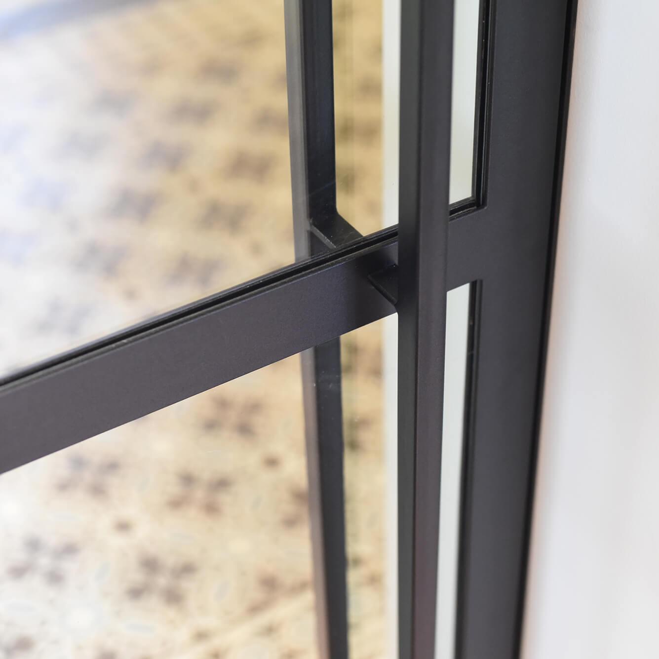 Stalen binnendeur, zwart gepoedercoat met lange greep, minimalistisch