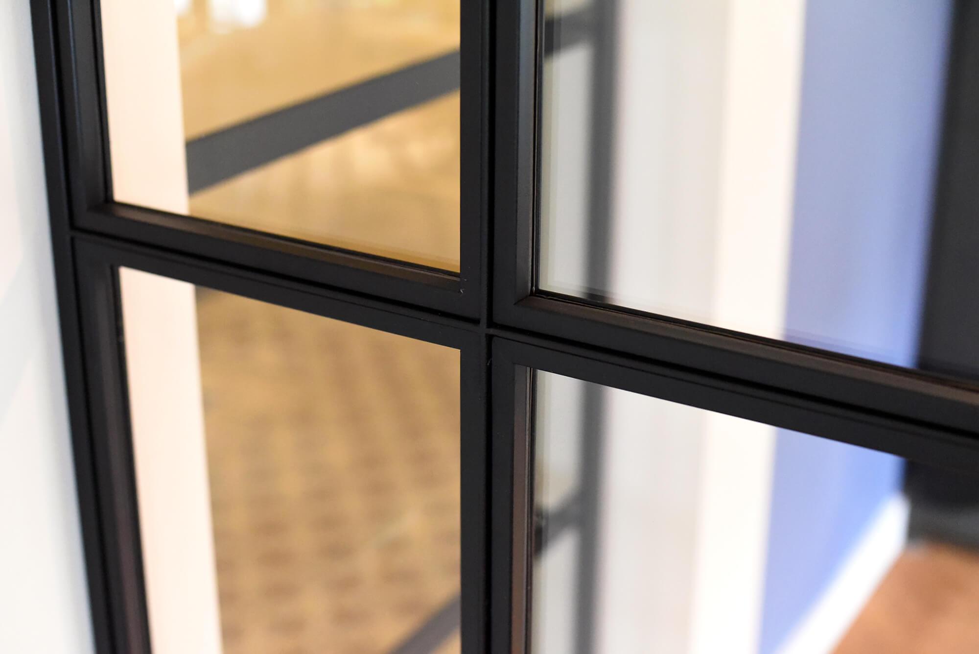 hoek pui van glas en staal, zwart