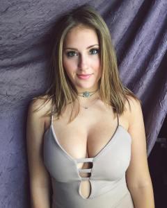 femme nue en photo sur le 55 montre ses nibards