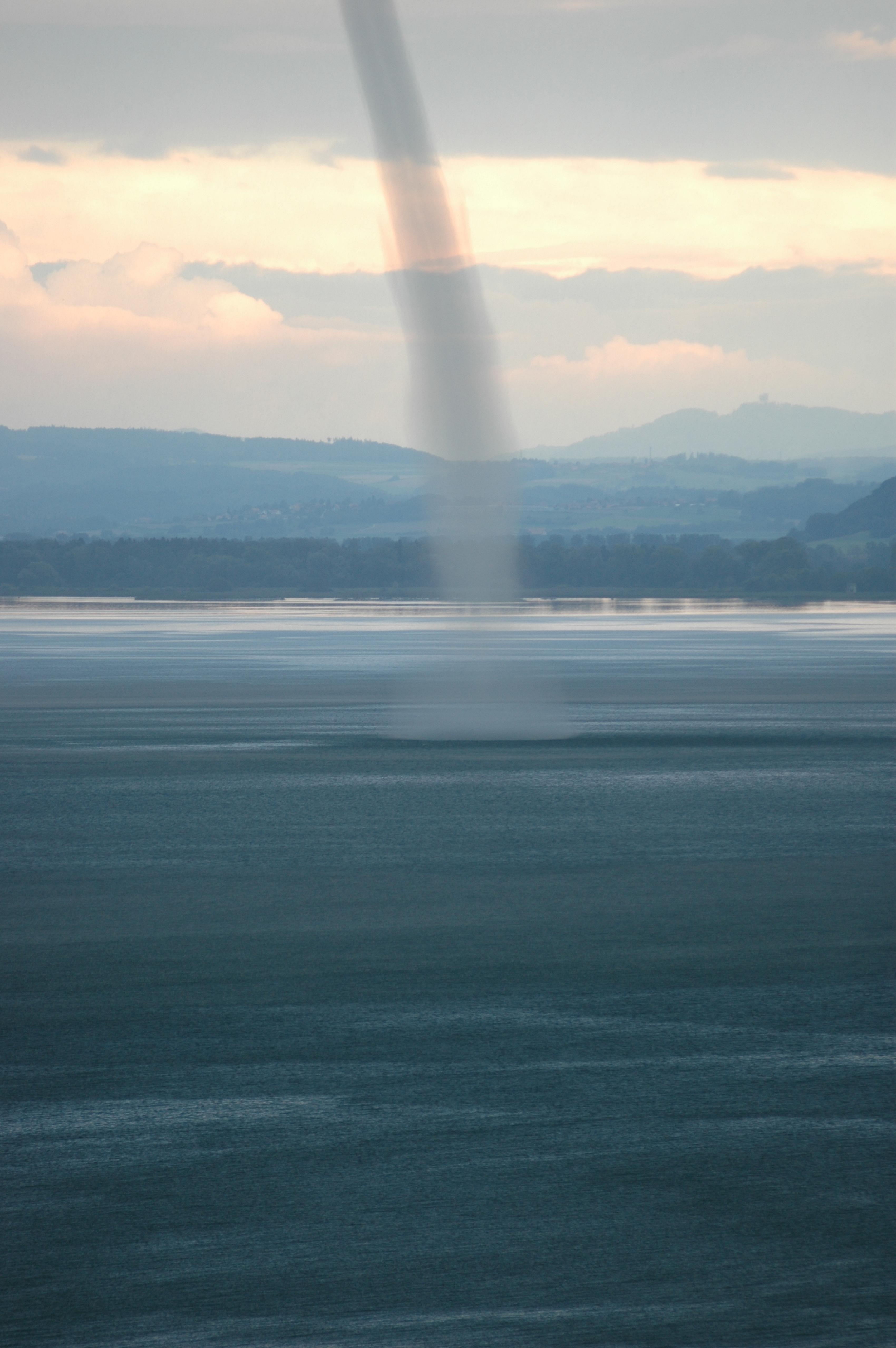 21082007 TornadoWasserhose ber dem Neuenburgersee