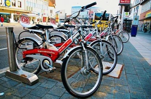 Pedelec-Station ohne Pedelecs. Derzeit stehen nur die herkömmlichen Leihfahrräder der Deutschen Bahn zur Verfügung. Foto: Kratz