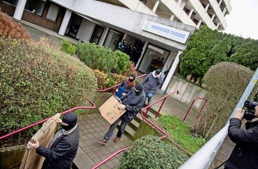 Ermittler tragen am Donnerstag Beweismaterial aus den Vereinsräumen an der Regerstraße. Die Moschee bleibt künftig geschlossen. Foto: dpa