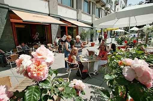 Foto: Steinert Café Kaiserbau Marienplatz 12 70178 Stuttgart Tel. 0711/633 83 83 www.cafe-kaiserbau.de S-Süd; U-Bahn: Marienplatz Öffnungszeiten: Mo-Sa 8:30-1, So 10-1 Uhr Frühstückszeiten: Mo-Fr 8:30-11, Sa 8:30-17, So 10-17 Uhr Preisspanne: 2,50-9,50 € Draußen sitzen: Terrasse Sitzplätze: Innen 35, Außen 100 Reservieren: nein Karte: á la carte und wechselnde Angebote auf der Tafel Beispiel aus der Speisekarte: Großes Frühstück: Wurst- und Käseteller, Butter, Marmelade, kleiner Orangensaft, gekochtes Ei, Brotkorb 9,50 €; Bayrisches Frühstück: 1 Paar Weißwürste, Senf, Brezeln 4,50 € Ambiente: modernes, schlichtes Interior, Terrasse mit Blick auf das Treiben des Marienplatzes Foto: