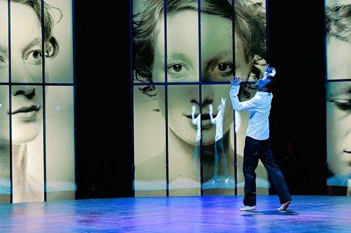 Spieglein, Spieglein an der Wand: der Prinz (Benjamin Grüter)und seine angebetete Emilia (Sarah Sophie Meyer).  Foto: Matthias Dreher