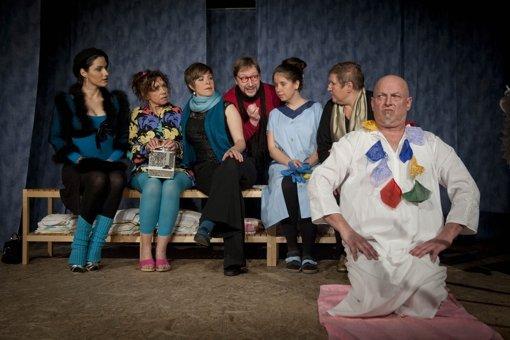 Ungewöhnliche Kooperation: Um der Arbeitslosigkeit zu entgehen, müssen sich Theaterleute und Mitarbeiter eines städtischen Kurbades zusammentun. Foto: Martin Stollberg