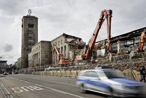 Kurz vor Ostern soll der Abriss des Südflügels beendet sein. Foto: Heinz Heiss