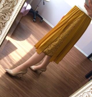 イエローのプリーツスカート
