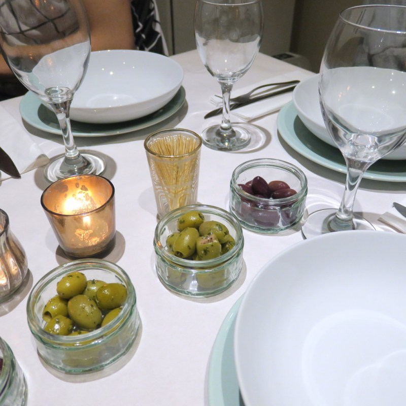 A 20-SOMETHING'S GUIDE TO HOSTING A DINNER PARTY