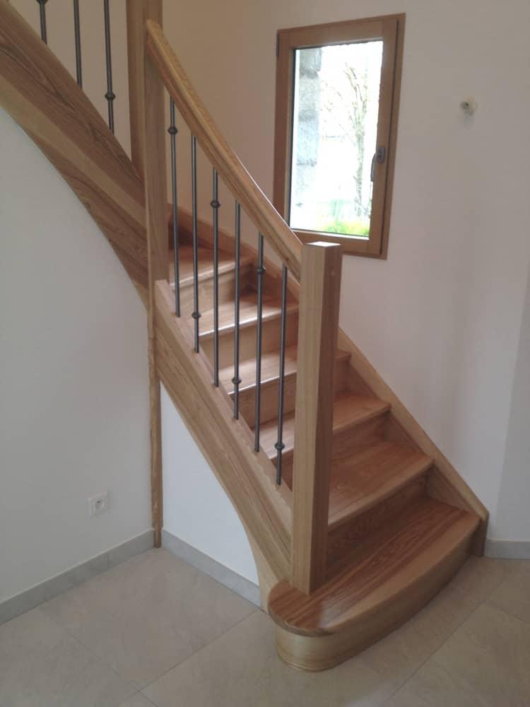 Styl'escalier : Gamme Tradition escalier frêne olivier avec rampe galbé ensemble balustres fer avec bagues