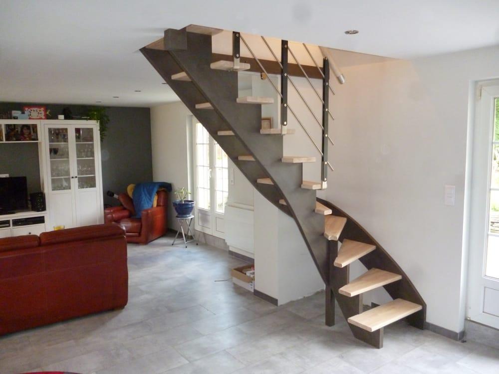 Styl'escalier : Gamme Création escalier hévéa avec crémaillère décalé des marches de 120mm avec finition gris béton avec poteaux métal type minimal