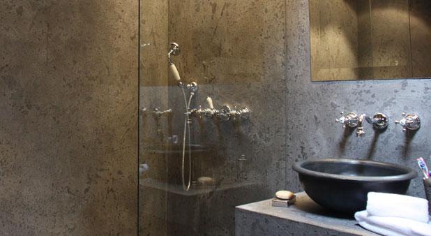 une douche sans joint avec le beton