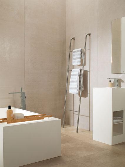 habiller les murs de la salle de bain avec des dalles geantes