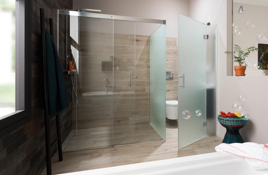 une salle de bains avec des wc bien