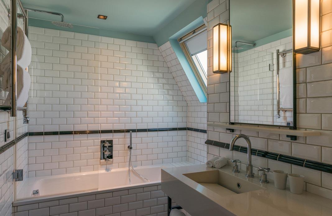 carrelage blanc dans la salle de bain