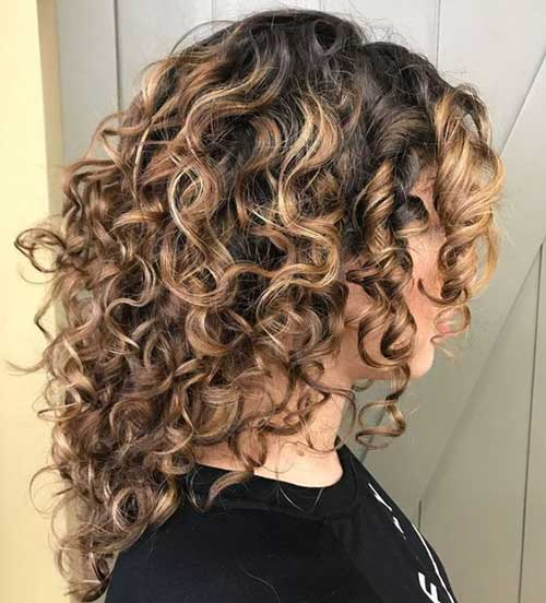 Chic Medium Curly Hairstyles For Ladies Styles 2020