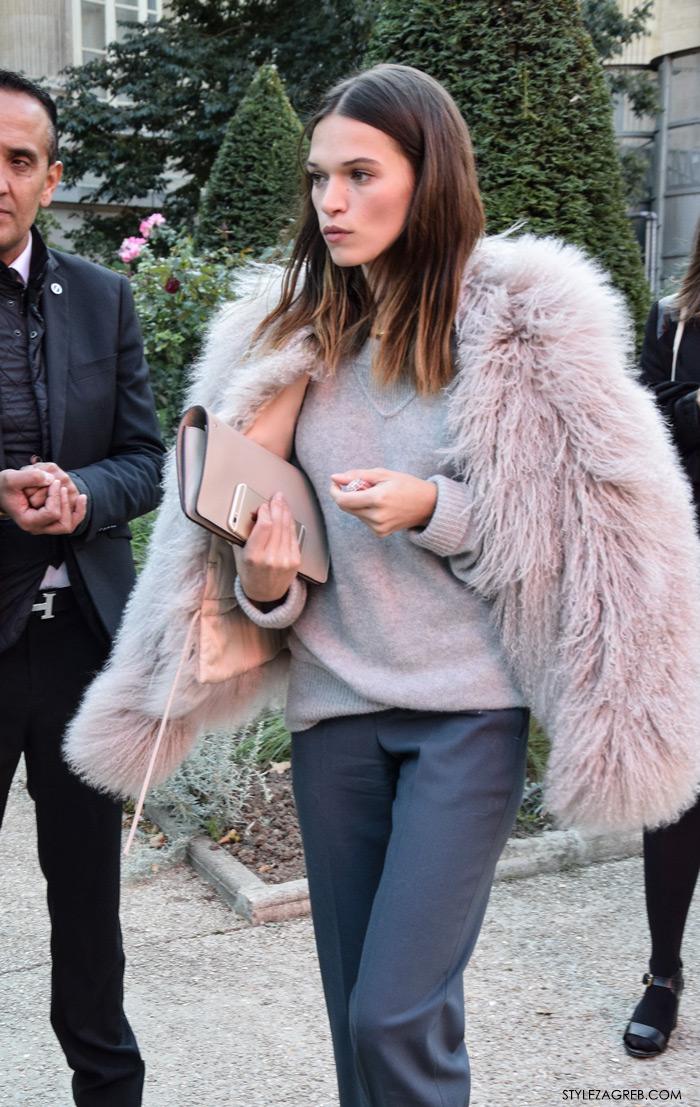 Moda, stajling: siva vesta i sive široke hlače na crtu, roza bunda cijena