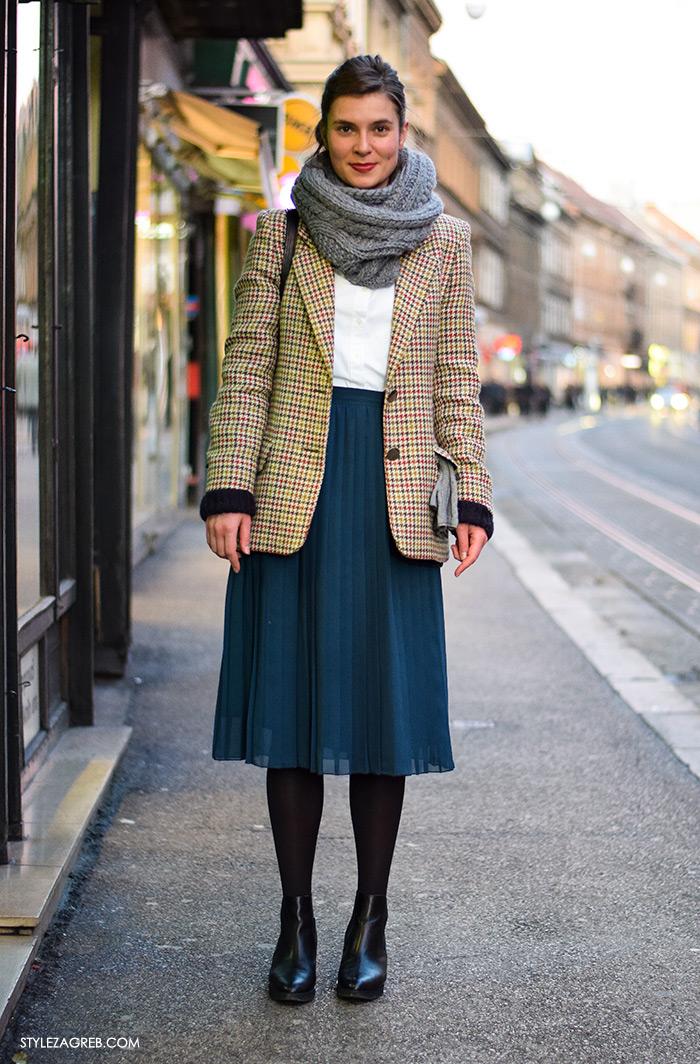 Moda: što se nosi prvih siječanjskih dana u Zagrebu, street style; Mirna Varga; plise midi suknja, pepita sako, bijela košulja, tuba šal, crne čizmice do gležnja