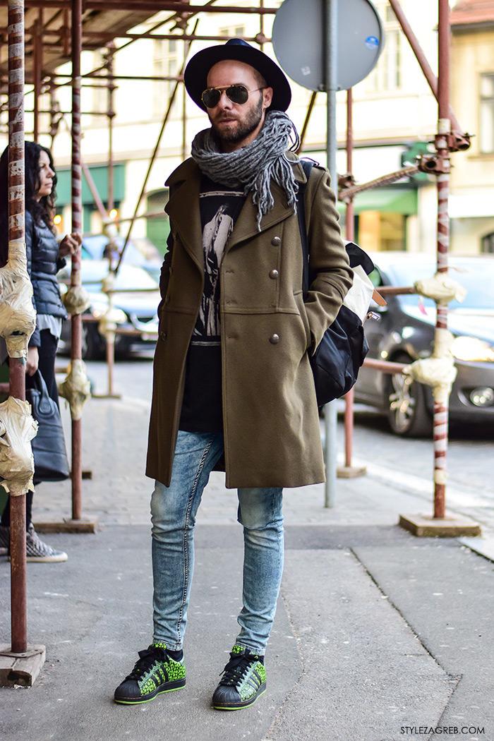 stil Mate Rončević, muški outfit s tenisicama, šeširom i military kaputom, street style Zagreb ulična moda