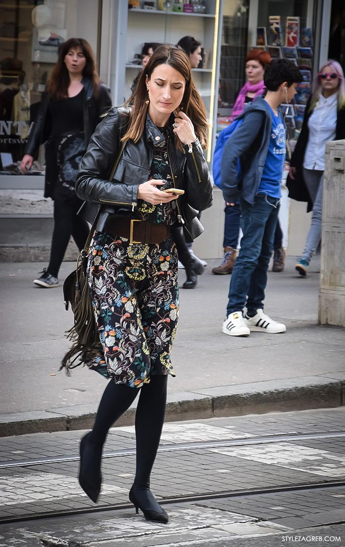 Zagreb street style proljeće ulična moda cure, stajlng: bajkerska crna kožna jakna, cvjetasta Zara midi haljina i torba s resama