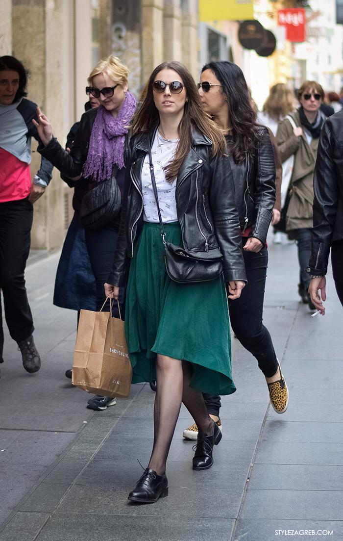 Kombinacija bajkerske jakne, ravne cipele i zelene midi suknje, žena proljetna moda fashion hr zagrebačka špica, street style Zagreb