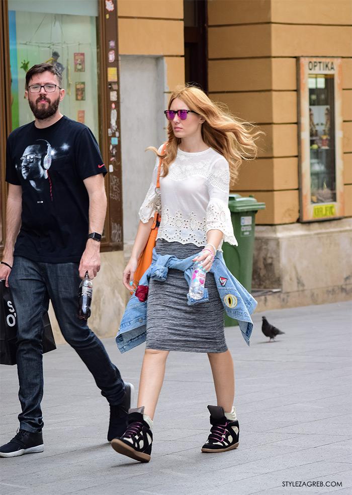 Zagreb ulična moda, Style Zagreb proljeće street style cro moda fashion žena hr, kako nositi tenisice na potpeticu, metalizirane sunčane naočale i usku suknju, voditeljica Ivana Miserić stil