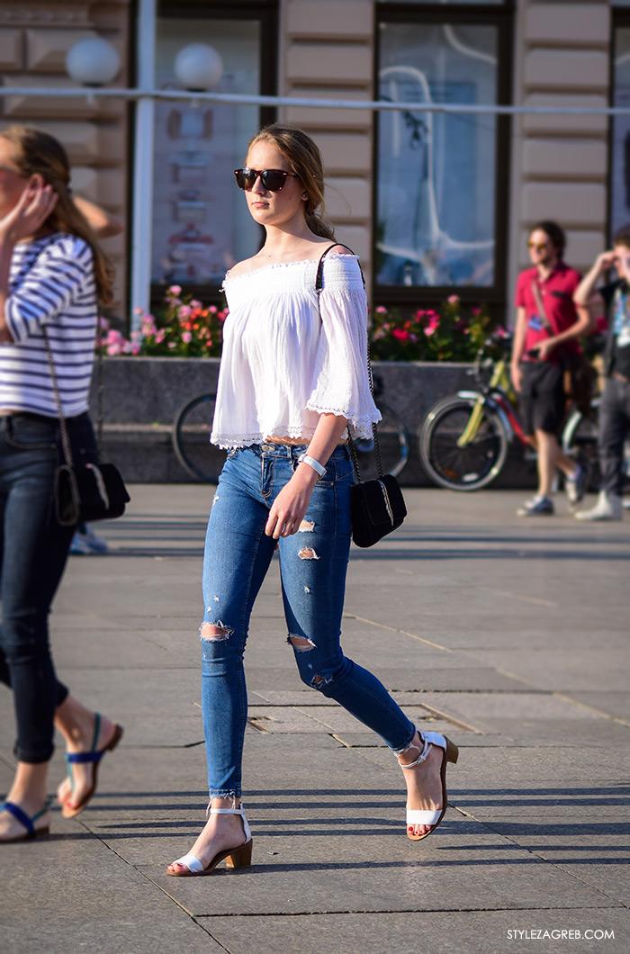 street style zagreb bijeli top off shoulder gola ramena, kako nositi bijele sandale i podrapane traperice