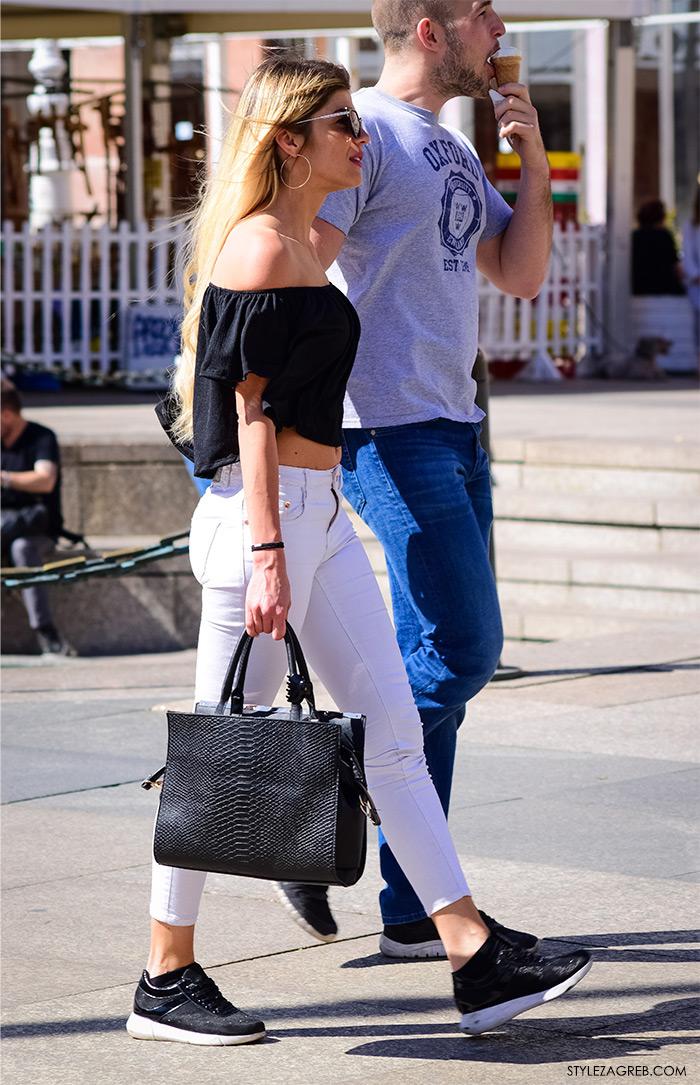 street style zagreb top off shoulder gola ramena, crni top Zara otvorenih ramena, bijele uske traperice i crne tenisice