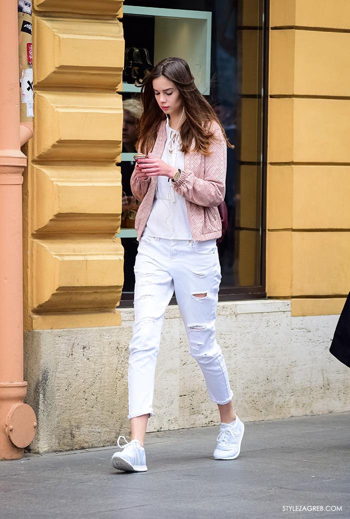 Street style Zagreb Lara Troskot, ljetna moda kako nositi Zara bijele podrapane traperice i bijele tenisice